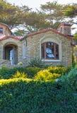 Vista da casa de pedra grande com grandes janelas fotos de stock