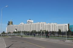 Vista da casa dos ministérios na capital de Cazaquistão Astana imagens de stock