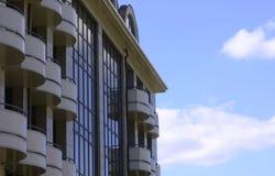 Vista da casa moderna de encontro ao céu nebuloso Fotografia de Stock Royalty Free