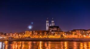 Vista da catedral de Magdeburgo e do rio Elbe na noite com Fotografia de Stock Royalty Free