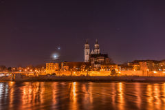 Vista da catedral de Magdeburgo e do rio Elbe na noite com Imagens de Stock Royalty Free