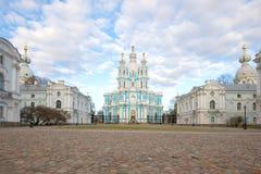 Vista da catedral de Smolny em um primeiro de maio nebuloso St Petersburg Imagens de Stock Royalty Free