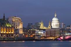 Opinião da noite da catedral de Tamisa e de St Paul. Londres imagem de stock