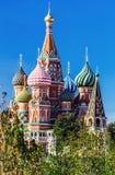 Vista da catedral do ` s da manjericão do St da catedral de Pokrovsky com imagem de stock