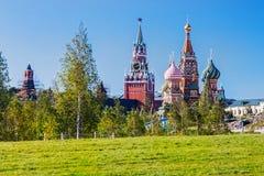 Vista da catedral do ` s da manjericão do St da catedral de Pokrovsky com fotos de stock