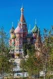 Vista da catedral do ` s da manjericão do St da catedral de Pokrovsky com o P fotografia de stock