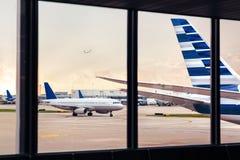Vista da cauda da fuselagem do avião através da janela no aeroporto imagens de stock royalty free