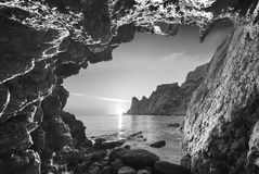 Vista da caverna da montanha monocromático foto de stock royalty free