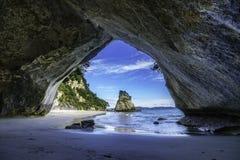 Vista da caverna na angra da catedral, coromandel, Nova Zelândia 40 imagem de stock
