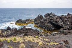 Vista da caverna da rocha vulcânica perto do Oceano Atlântico, Portugal imagem de stock