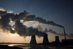 Vista da central energética de carvão de encontro ao sol e às emanações enormes foto de stock royalty free