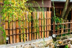 Vista da cerca de bambu em Kyoto japão imagens de stock