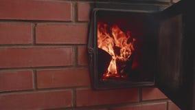 Vista da chama na chaminé feita do tijolo vermelho Opinião de movimento lento vídeos de arquivo