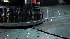 Vista da chapa metálica que carimba, close-up video estoque