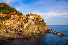 Vista da cidade bonita Manorola, Cinque-Terra, Itália imagens de stock