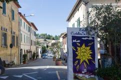 Vista da cidade Castellina no Chianti, Itália imagens de stock