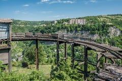 A vista da cidade Chiatura da mineração famoso para seu manganês mina com os carros da mineração estacionados nos trilhos Imagens de Stock Royalty Free