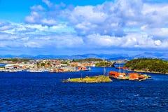 Vista da cidade, da ponte e das montanhas na distância, Noruega Foto de Stock