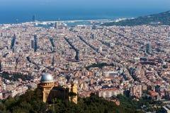 Vista da cidade de Barcelona da montanha Tibidabo foto de stock