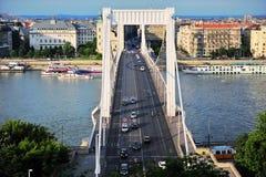 Vista da cidade de Budapest e da ponte de Elisabeth no verão foto de stock