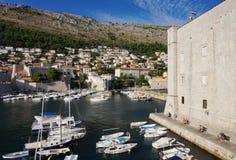 Vista da cidade de Dubrovnik da parte superior de paredes antigas Imagem de Stock