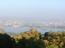 Vista da cidade de Fateh Sagar Lake e de Udaipur do forte de Saajngarh, Rajasthan Fotografia de Stock