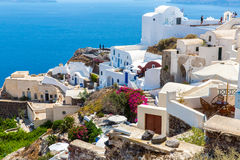 Vista da cidade de Fira - ilha de Santorini, Creta, Grécia. Escadarias concretas brancas que conduzem para baixo à baía bonita Imagem de Stock