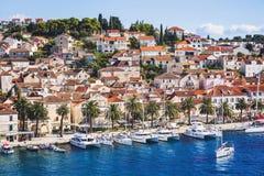 Vista da cidade de Hvar, ilha de Hvar, Dalmácia, Croácia foto de stock royalty free