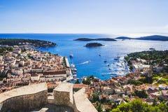 Vista da cidade de Hvar, ilha de Hvar, Dalmácia, Croácia fotos de stock royalty free