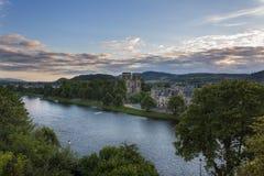 Vista da cidade de Inverness dos bancos de Ness River em Escócia, Reino Unido Foto de Stock
