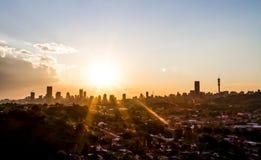 Vista da cidade de Joanesburgo no por do sol fotografia de stock