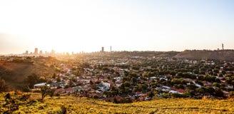 Vista da cidade de Joanesburgo no por do sol fotografia de stock royalty free