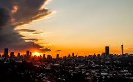 Vista da cidade de Joanesburgo no por do sol foto de stock
