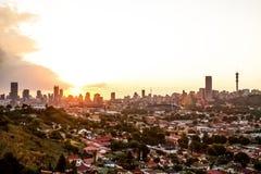 Vista da cidade de Joanesburgo no por do sol fotos de stock royalty free