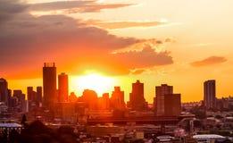 Vista da cidade de Joanesburgo no por do sol imagens de stock royalty free