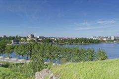 Vista da cidade de Nizhny Tagil da parte superior da montanha foto de stock