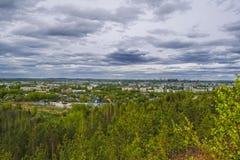 Vista da cidade de Nizhny Tagil da parte superior da montanha fotos de stock