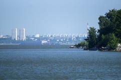 Vista da cidade de Novosibirsk do mar de Ob fotografia de stock royalty free