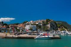 A vista da cidade de Numana no mar e Conero montam na região de Marche fotos de stock