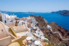 Vista da cidade de Oia e do castelo de Oia para Thirassia, Thera (Santorini), Grécia foto de stock royalty free