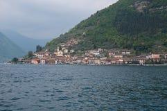 Vista da cidade de Peschiera Maraglio situada na ilha de foto de stock