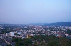 A vista da cidade de Phuket de Khao soou na manhã foto de stock