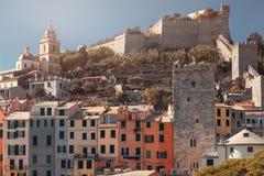 Vista da cidade de Porto Venere e fortaleza de Doria na província do La Spezia na costa do dia onsunny de Liguria, Itália imagem de stock royalty free
