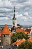 Vista da cidade de Tallinn, do mar Báltico e de St velhos Olaf em um dia de verão, Estônia Imagem de Stock Royalty Free