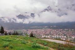 Vista da cidade de Trebinje do monte de Crkvina no dia nevoento B?snia e Herzegovina fotografia de stock