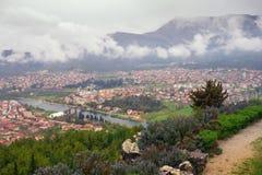 Vista da cidade de Trebinje e do rio de Trebisnjica do monte de Crkvina em um dia nevoento B?snia e Herzegovina fotografia de stock royalty free