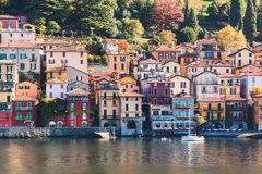 Vista da cidade de Varenna Lago e montanhas Lago Como, Italy Fotos de Stock Royalty Free