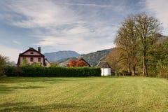 Vista da cidade do bei Sankt Gallen de Altenmarkt na queda Styria, Áustria fotos de stock