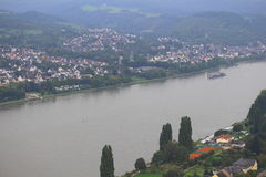 A vista da cidade e Rhine River de Marksburg fortificam terras Foto de Stock Royalty Free