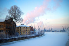 Vista da cidade industrial de St Petersburg da terraplenagem Inverno Foto de Stock Royalty Free